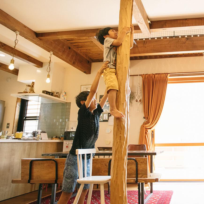 MOPTOP施工事例 西坂家 モミジの大黒柱で木登り