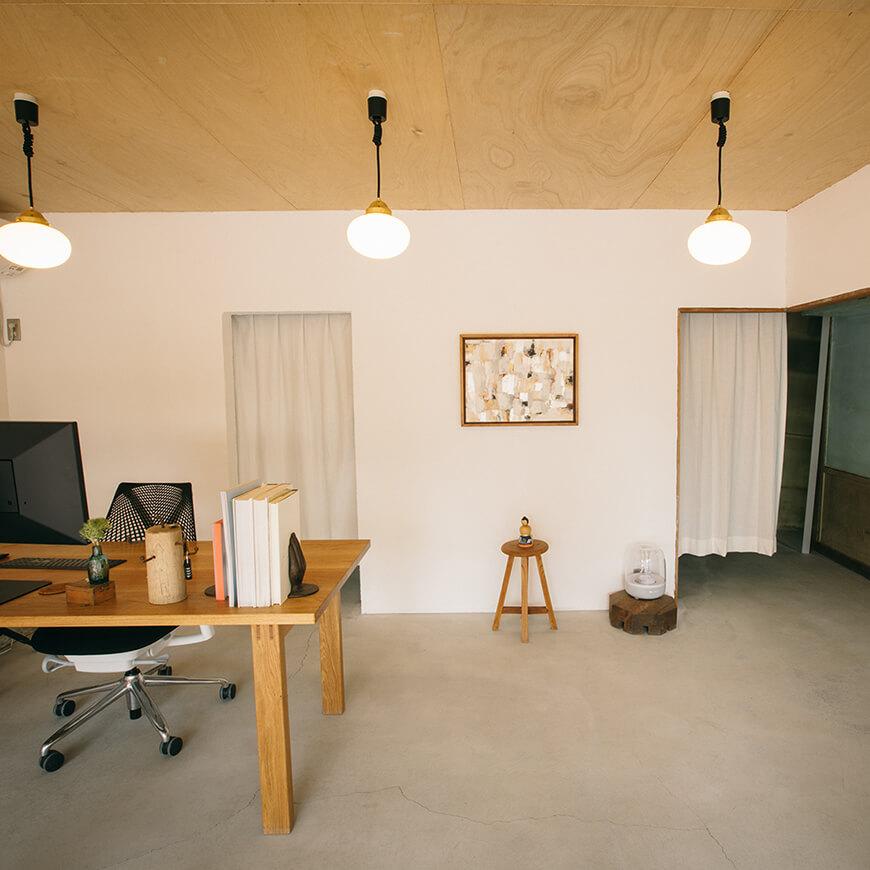 MOPTOP施工事例 EMDesigns 漆喰の壁とモルタルの床で洗練された雰囲気に