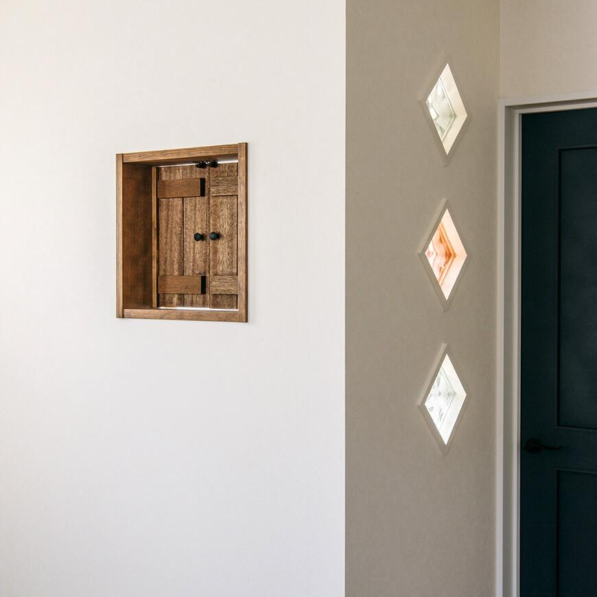 MOPTOP施工事例 小峰邸 二階寝室のハイジ窓を開けて階下に声をかけることも