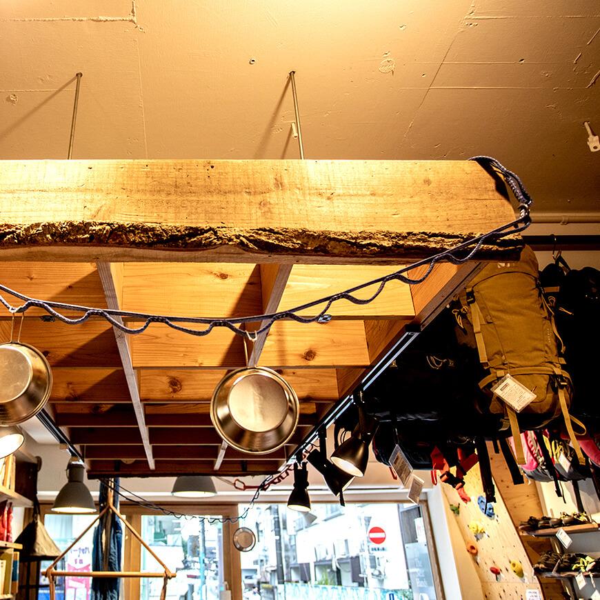 MOPTOP施工事例 マウンガ 天井ラックは商品のディスプレイとして使用