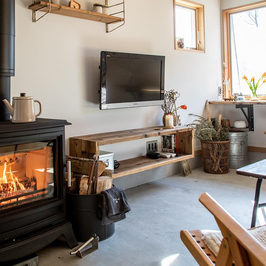 暖炉でポカポカ。くつろぎの土間スペース