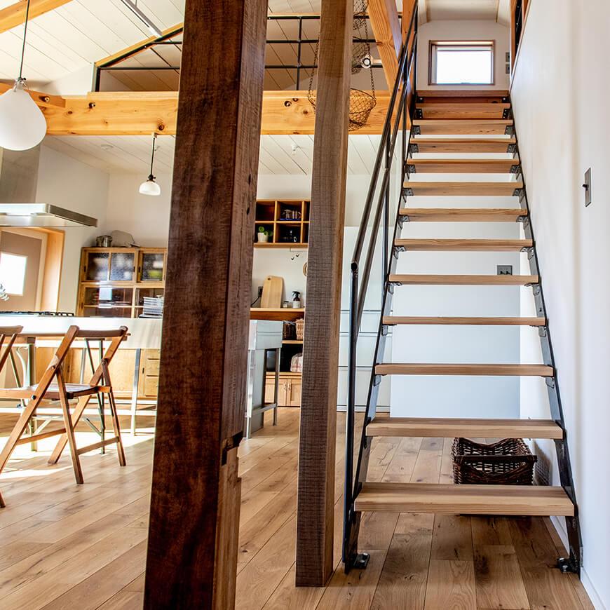 オリジナルで製作した鉄と木材の階段