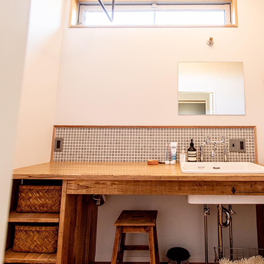 可愛い洗面台。明かり取りの窓もポイント