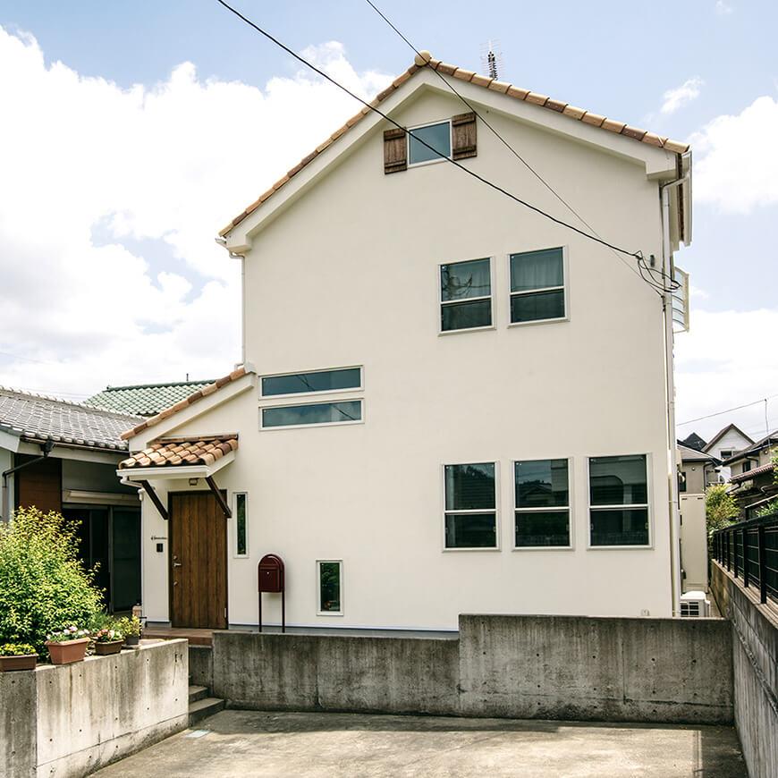 MOPTOP施工事例 濱中邸 塗り壁の外壁に洋瓦の屋根。無垢の木の玄関もこだわりました。